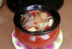 春节年夜饭:乳鸽枸杞汤