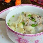 【百合煲猪骨头汤】百合煲猪骨头汤的做法_百合煲猪骨头汤的功效