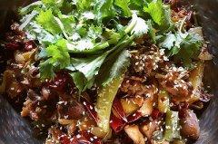 干锅肥肠鸡的做法