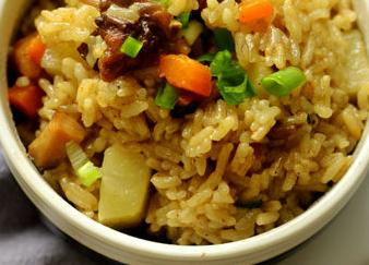 香菇鸡肉土豆焖饭的家常做法