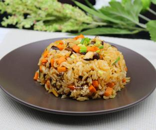 胡萝卜香菇炒饭的家常做法